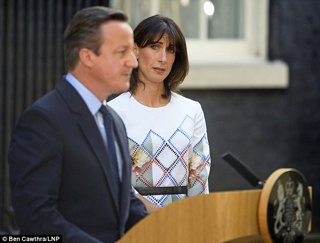 Vợ ông Cameron, bà Samantha, theo sát chồng trong giờ phút quan trọng. Ảnh: LNP