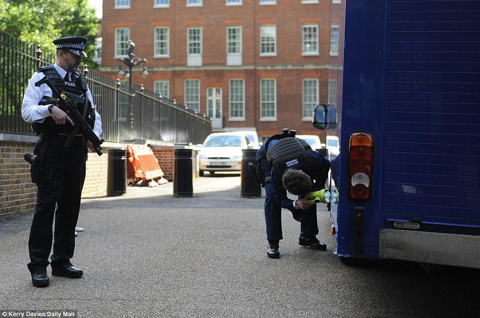 Nhân viên an ninh kiểm tra xe tải. Ảnh: Daily Mail