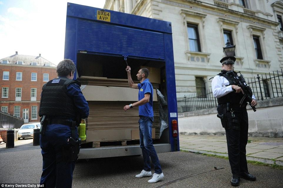 Xe tải chở đầy thùng các tông ép phẳng. Ảnh: Daily Mail