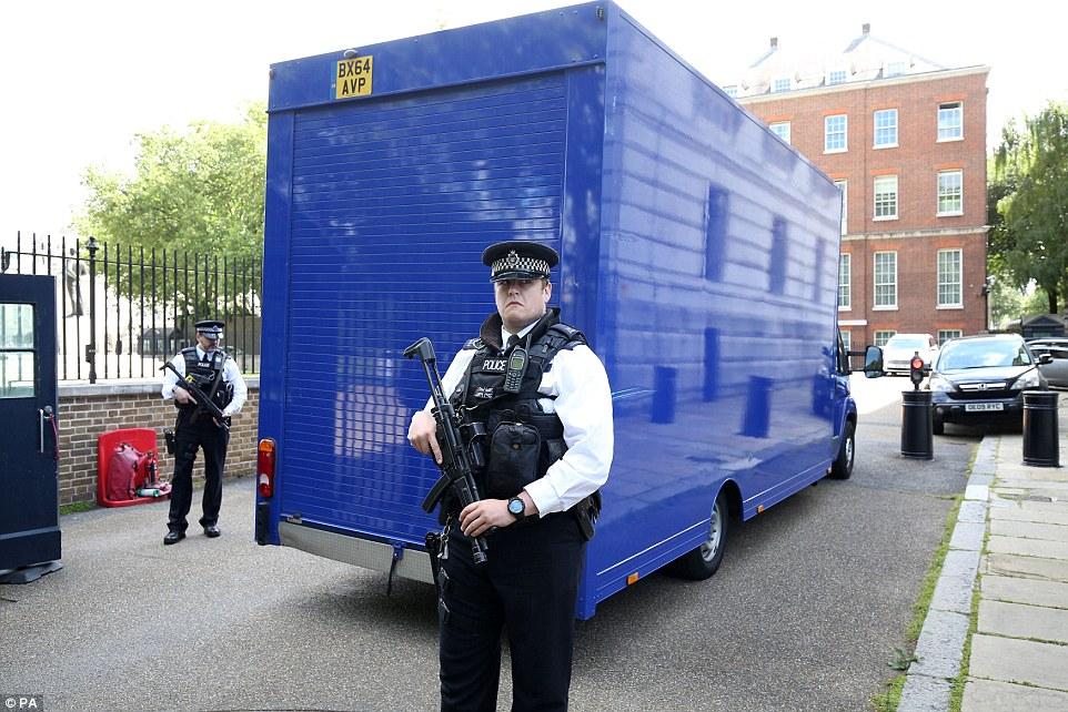 Nhân viên cảnh sát đứng cạnh xe tải. Ảnh: PA