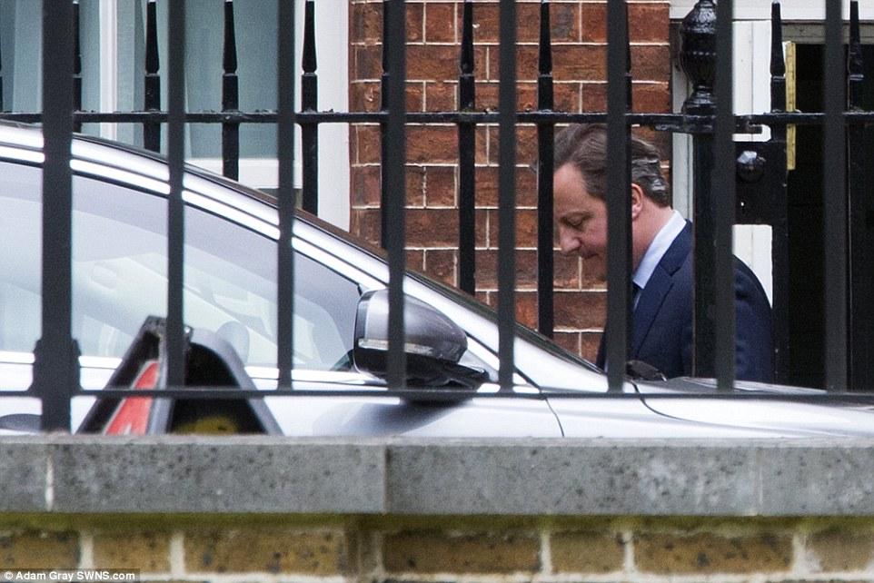 Ông Cameron di chuyển ra xe bằng cửa sau nhà số 10 đường Downing khi cuộc họp nội các kết thúc sáng 12-7. Ảnh: SWNS