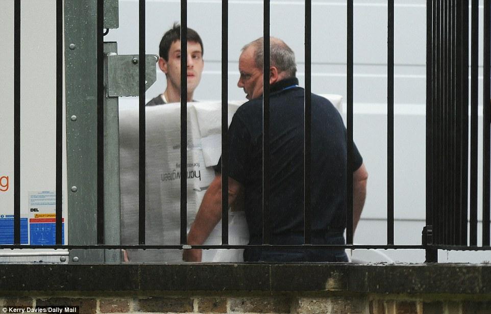 Các nhân viên vận chuyển đồ đạc nhà ông Cameron. Ảnh: Daily Mail