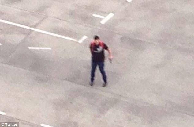 Thi thể của tay súng được tìm thấy cách hiện trường gần 1 km. Ảnh: Twitter