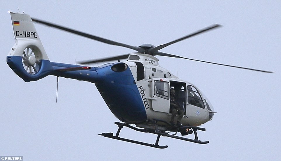 Cảnh sát bắn tỉa trên trực thăng gần hiện trường sau vụ xả súng ở Munich. Ảnh: Reuters