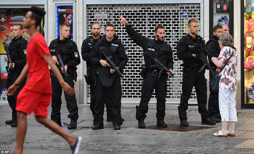 Lực lượng đặc nhiệm được triển khai tại Munich sau vụ xả súng. Ảnh: AP