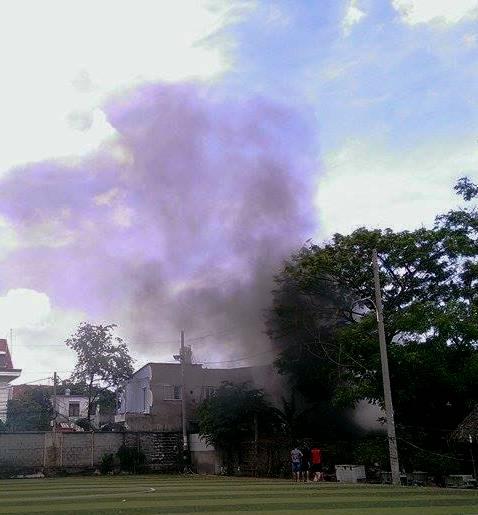 Cột khói bốc cao hàng chục mét từ đám cháy