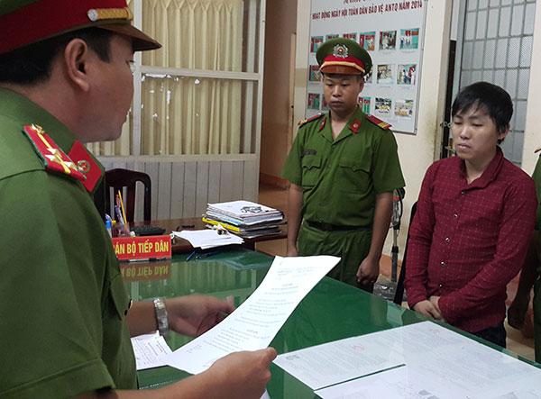 Công an thị xã Long Mỹ (Hậu Giang) đọc lệnh bắt tạm giam đối với Sang (áo ca-rô).