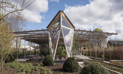 Tòa nhà Robert Parfett, Anh, là nơi bệnh nhân ung thư có thể tìm thấy sự bình yên và an toàn. Thiết kế của tòa nhà giúp nâng cao tinh thần, chữa bệnh cho bệnh nhân với ánh sáng tự nhiên và rất nhiều cây xanh.
