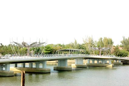 Cầu đi bộ từ Bến Ninh Kiều qua cồn Cái Khế cơ bản hoàn thành.