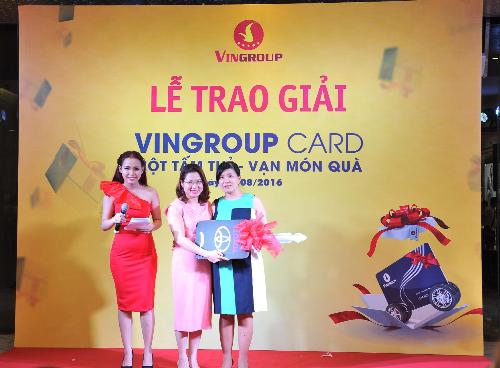 Chị Lê Thị Thu Hà trúng giải Nhất là xe sang Camry trị giá 1,4 tỷ đồng.