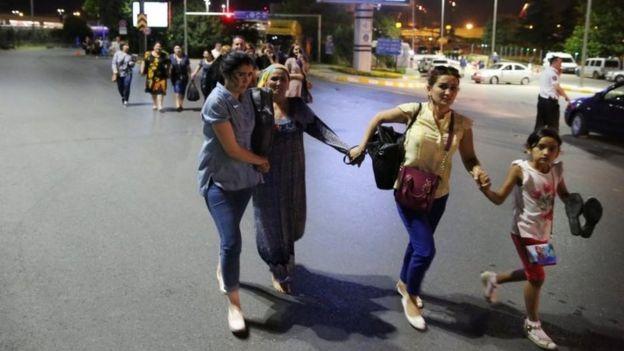 Hành khách bỏ chạy. Ảnh: Reuters