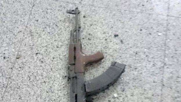 Khẩu Kalashnikov tìm thấy tại hiện trường. Ảnh: Reuters