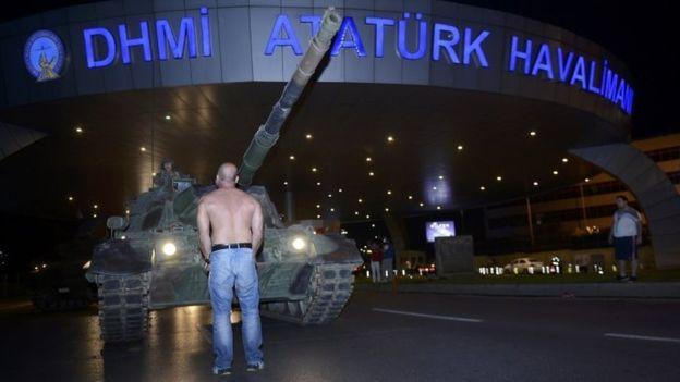 Một người phản đối cố chặn đường xe tăng ở thủ đô Ataturk (Istanbul). Ảnh: Reuters