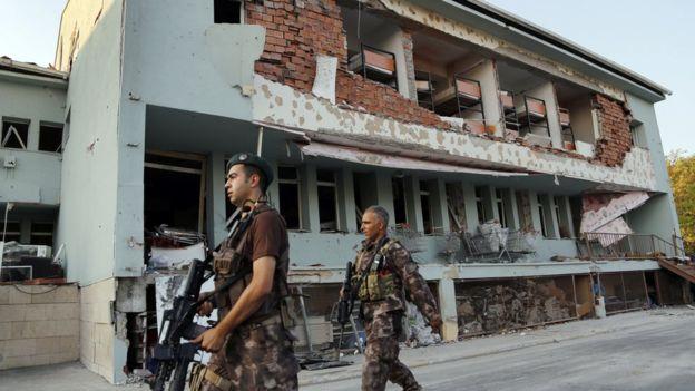 Một căn cứ quân sự bị hư hại trong cuộc đảo chính ở Ankara. Ảnh: AP