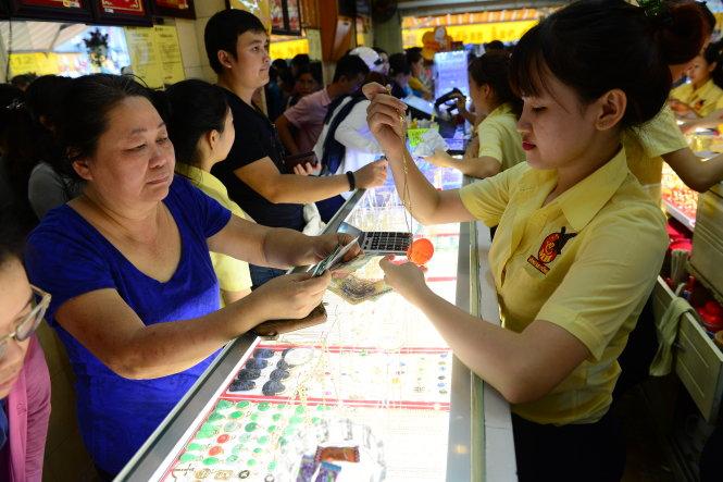 Mua bán tại một tiệm vàng trên đường Xô Viết Nghệ Tĩnh, Q.Bình Thạnh, TP.HCM chiều 9-7 - Ảnh: QUANG ĐỊNH