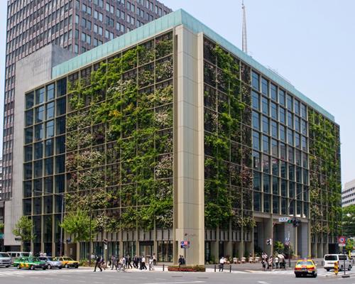 Công ty Kono Designs đã tạo ra không gian xanh cho cả bên ngoài và bên trong khu văn phòng 9 tầng ở Tokyo (Nhật). Mặt tiền của nhà được bao phủ bởi nhiều loại cây, hoa khác nhau. Bởi vậy, những người đi đường, làm việc gần đó cũng được ngắm nhìn cây cỏ giữa khu phố xá đông đúc.