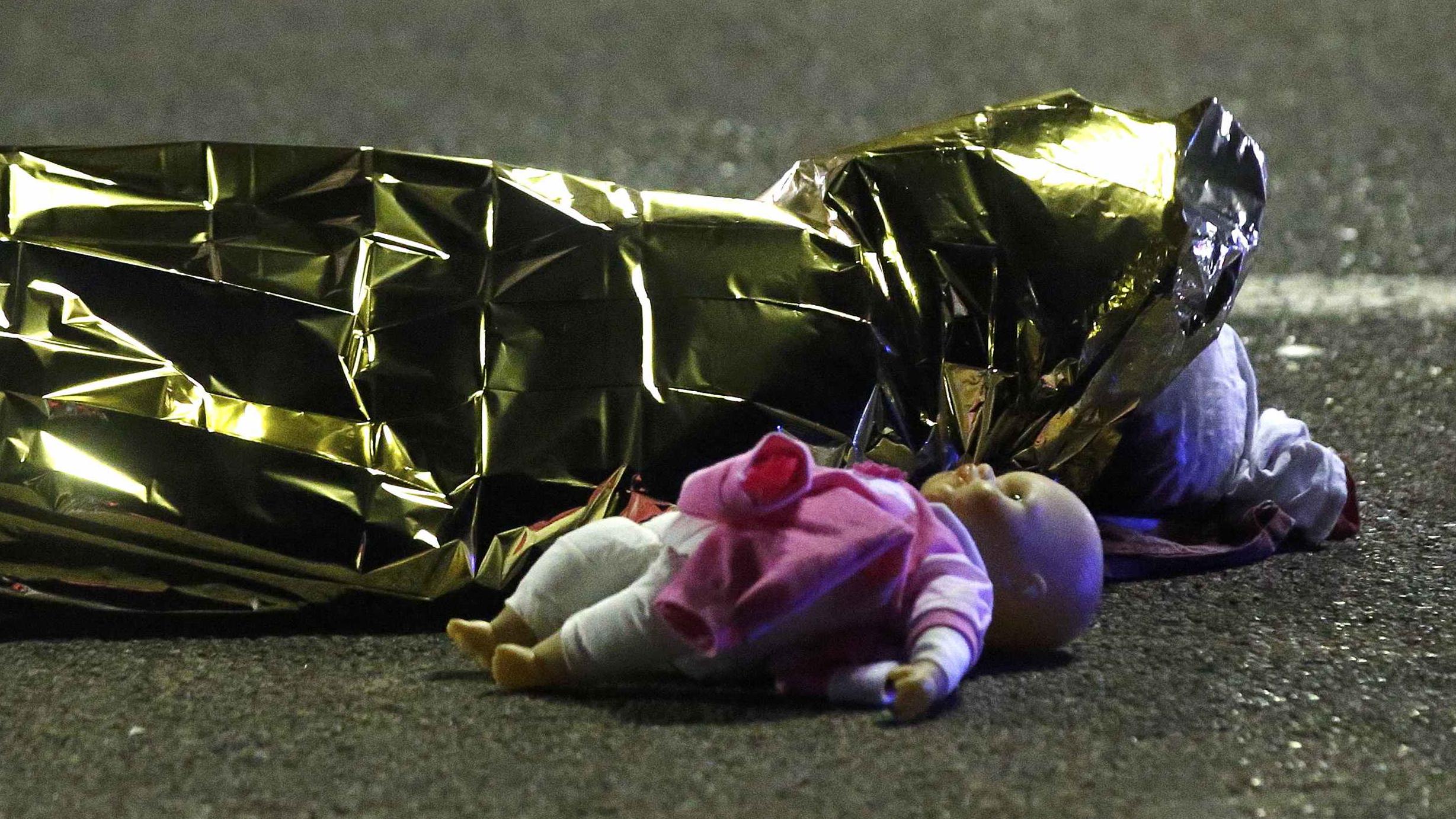 Trong số nạn nhânc ó nhiều trẻ em. Ảnh: Reuters