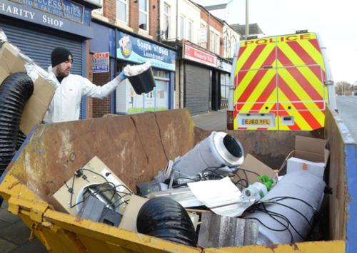 Cảnh sát tịch thu các trang thiết bị của trang trại cần sa của người Việt ở thị trấn South Shields. Ảnh: Shields gazette