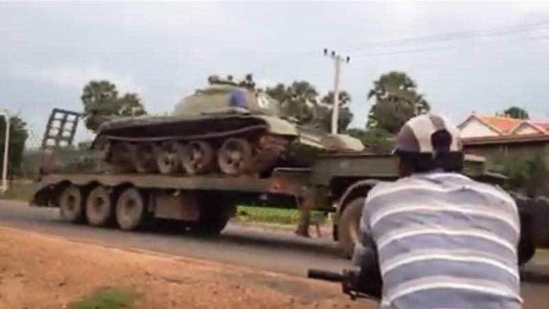Xe tăng được vận chuyển từ tỉnh Preah Vihear về Phnom Penh hồi đầu tuần này, theo một đoạn video tải lên Facebook. Ảnh: Cambodia Daily