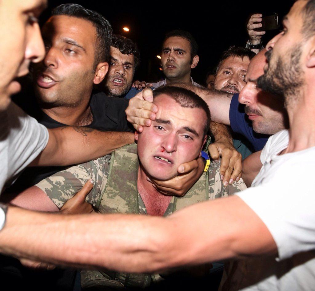 Một số kẻ đảo chính bị dân thường bắt giữ. Ảnh: TWITTER
