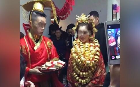 Cổ cô dâu quấn đầy vàng. Ảnh: Qq.com