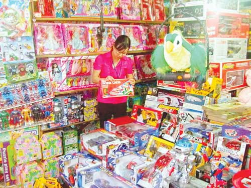 Mặt hàng đồ chơi trẻ em Trung Quốc rất độc hại nhưng vẫn được bày bán tràn lan.