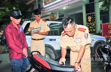 Một thanh niên điều khiển xe máy vi phạm bị tạm giữ phương tiện