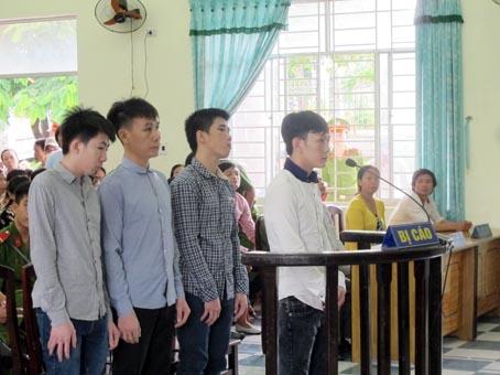 Từ trái qua, các bị cáo: Minh Hiếu, Văn Hiếu, Đạt, Trung Hiếu.