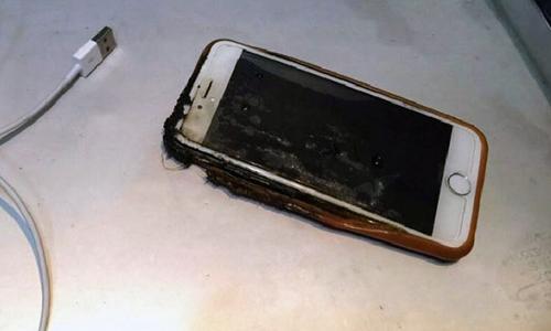 Chiếc iPhone 6 bỗng nhiên bốc cháy trong chuyến bay.