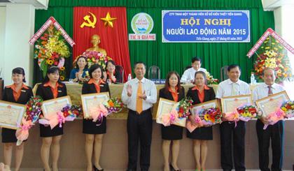 Các cá nhân của Công ty TNHH Một thành viên Xổ số kiến thiết Tiền Giang nhận Bằng khen của UBND tỉnh. Ảnh: Báo Ấp Bắc