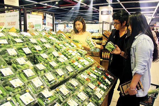 Khách hàng chọn mua các sản phẩm baby tại Lotte Mart, quận 7.