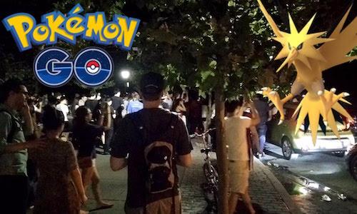 Hàng trăm người cùng hội về một điểm trong Công viên Trung tâm để săn một Pokemon hiếm.