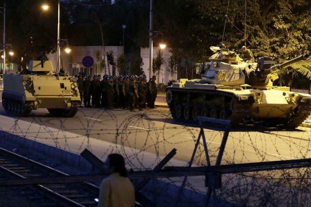 Quân đội Thổ lái xe tăng trên đường phố Ankara. Ảnh: TWITTER