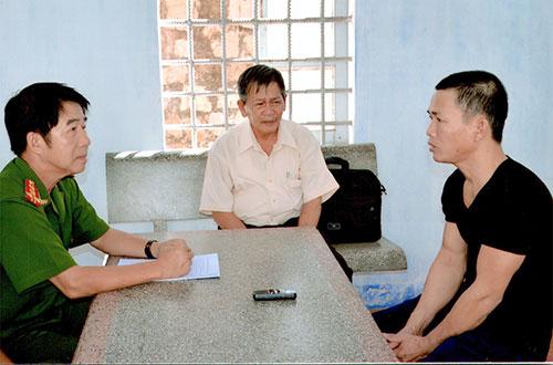 Đại tá Phạm Thật, Phó Giám đốc Công an tỉnh, Thủ trưởng Cơ quan CSĐT hỏi cung nghi phạm Nguyễn Thọ.