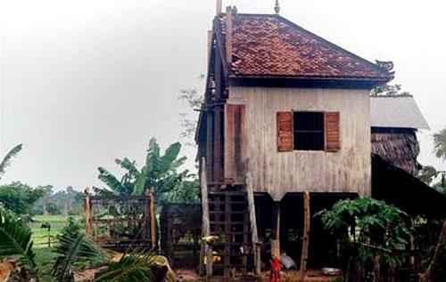 Ngôi nhà bị cắt đôi của đôi vợ chồng Campuchia.