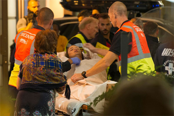 Nạn nhân bị thương được đưa đi cấp cứu. ẢNh: Guardian