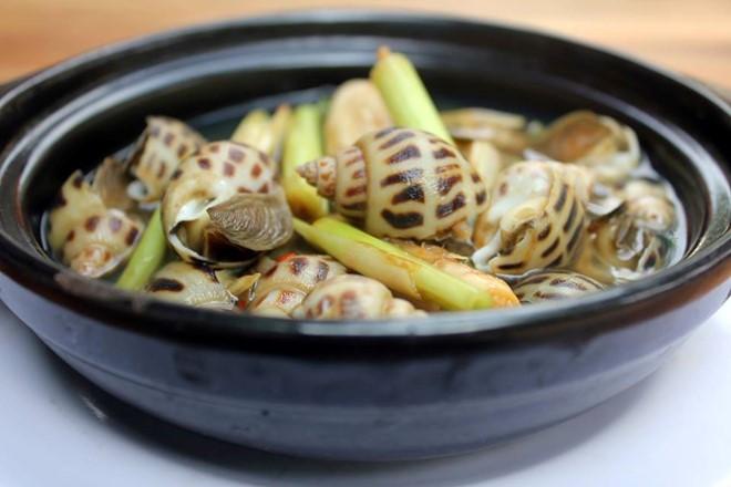 Ốc hương hấp sả chỉ có hai thành phần là sả và ốc hương. Bí quyết quan trọng của món ăn nằm ở vị tươi, ngọt của ốc.