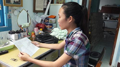 Chị Cẩm bên bảng điểm công bố mình đứng đầu kỳ thi.