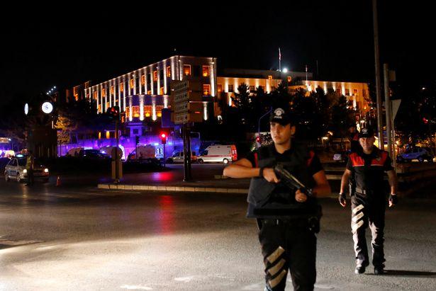 Cảnh sát đứng gác tại trụ sở quân đội ở Ankara. Ảnh: REUTERS
