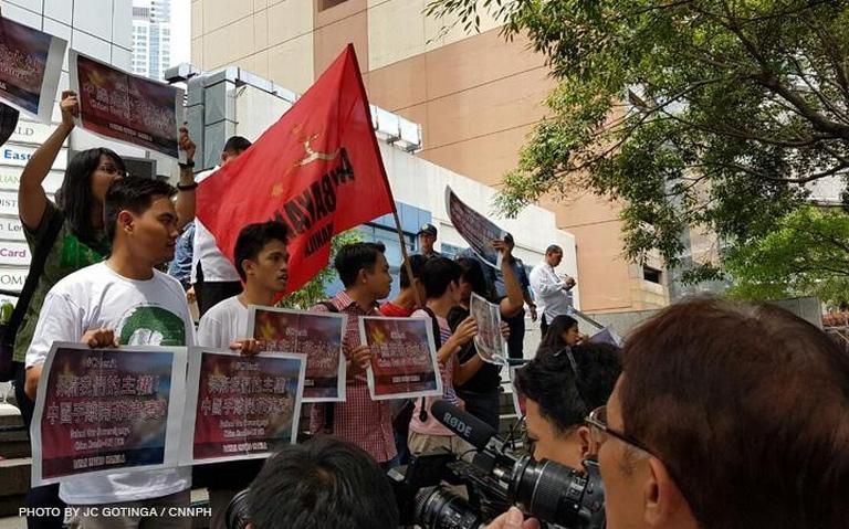 Biểu tình yêu cầu Trung Quốc rút khỏi vùng biển Philippines hôm 11-7. Ảnh: CNN