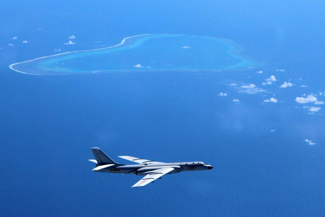 Một bức ảnh không rõ thời gian do Tân hoa xã công bố cho thấy chiếc máy bay ném bom H-6K của Trung Quốc tuần tra trên các quần đảo và đá ở biển Đông. Ảnh: AP