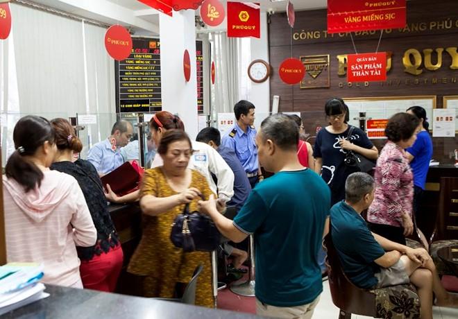 Người dân thủ đô ngồi chờ bán vàng tại Công ty vàng bạc Phú Quý. Ảnh: Kiều Vui