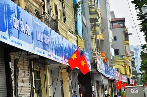 Những biển quảng cáo chỉ có 2 màu chủ đạo xanh, đỏ chạy dài trên con phố Lê Trọng Tấn