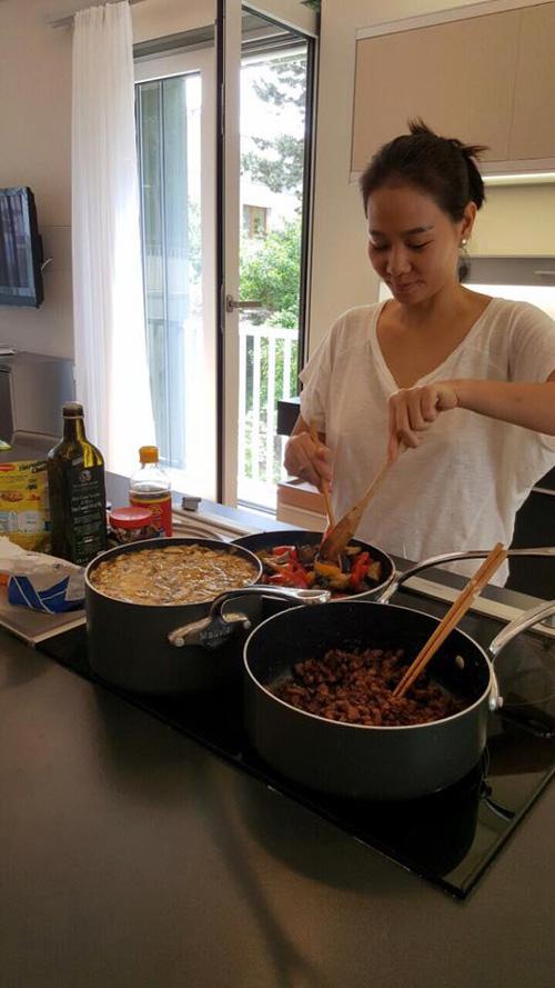 Thu Minh vẫn thường xuyên vào bếp để nấu ăn đãi ông xã và bạn bè