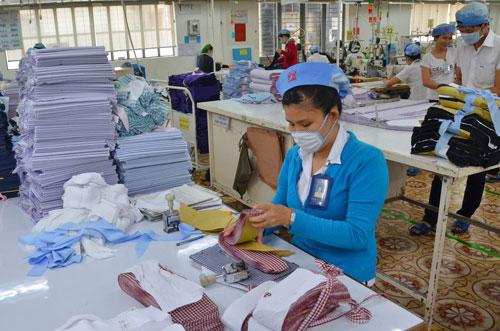 Vốn FDI đang đổ dồn vào sản xuất nguyên phụ liệu dệt may, trong khi doanh nghiệp Việt chỉ loay hoay nhập khẩu nguyên liệu và gia công cho nước ngoài Ảnh: Tấn Thạnh