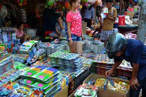 Đồ chơi trẻ em của Trung Quốc chiếm lĩnh thị trường Việt Nam Ảnh: Tấn Thạnh