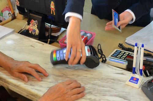 Để khuyến khích thanh toán không dùng tiền mặt, vấn đề an toàn tài khoản phải được quan tâm hơn nữa Ảnh: TẤN THẠNH