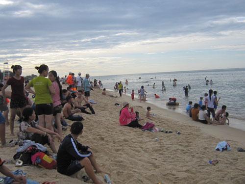 Người dân và du khách tại bãi biển Thuận An - Huế sau sự cố môi trườngẢnh: Quang Tám