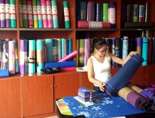 Thảm yoga giá rẻ của Trung Quốc xuất hiện nhiều trên thị trường Ảnh: Đình Thi