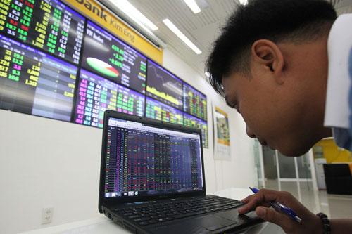 Dòng tiền đổ vào chứng khoán tăng mạnh trong phiên giao dịch ngày 4-7 Ảnh: Hoàng Triều